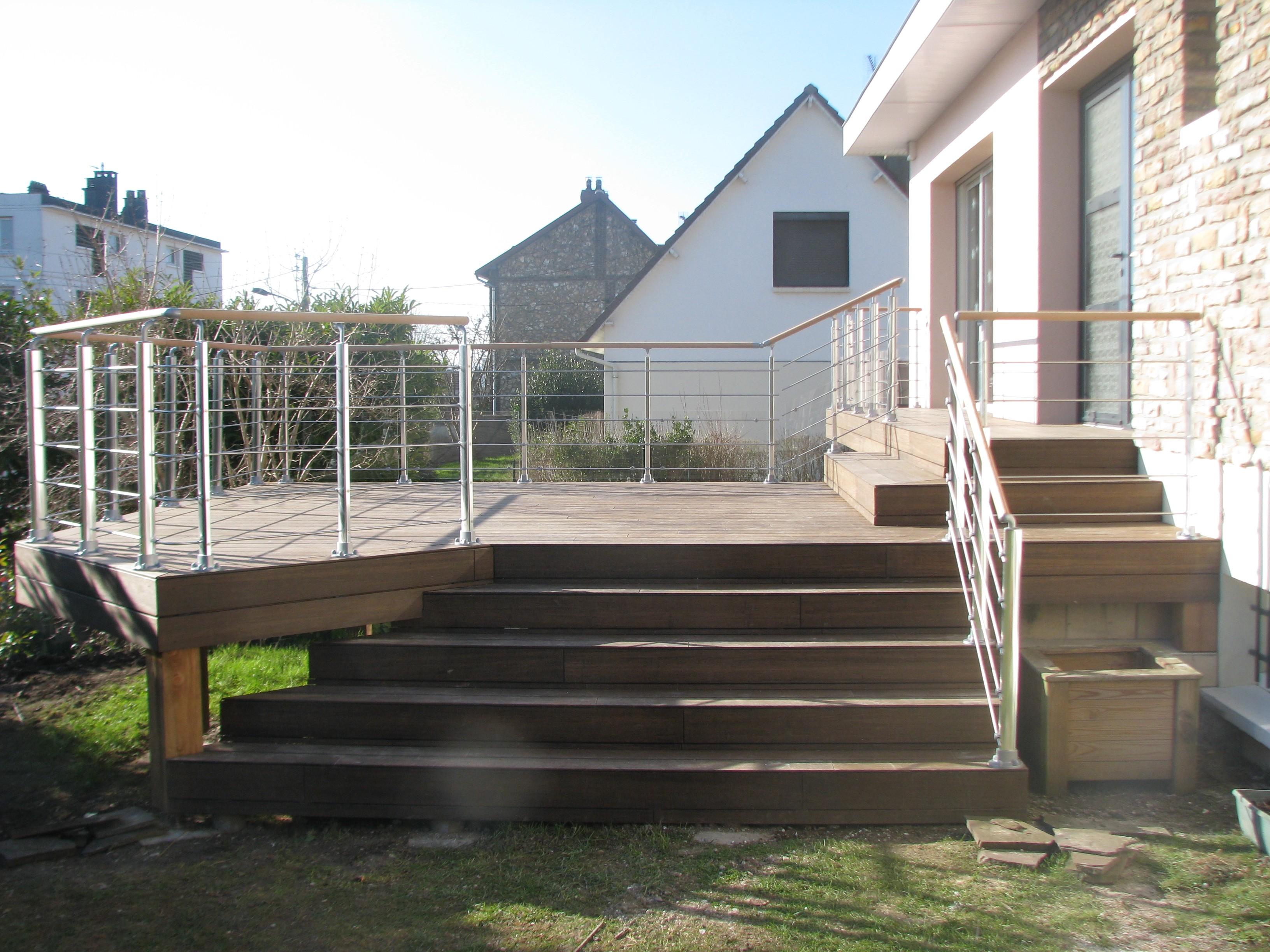 un balcon et une entr e regroup s en une terrasse sur plusieurs niveaux dmeba charpentier. Black Bedroom Furniture Sets. Home Design Ideas